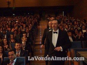 premios-editorial-circulo-rojo-espiritu-gonzalez-fundacion-luis-olivares-entre-superheroes-recogida-premio-300x225